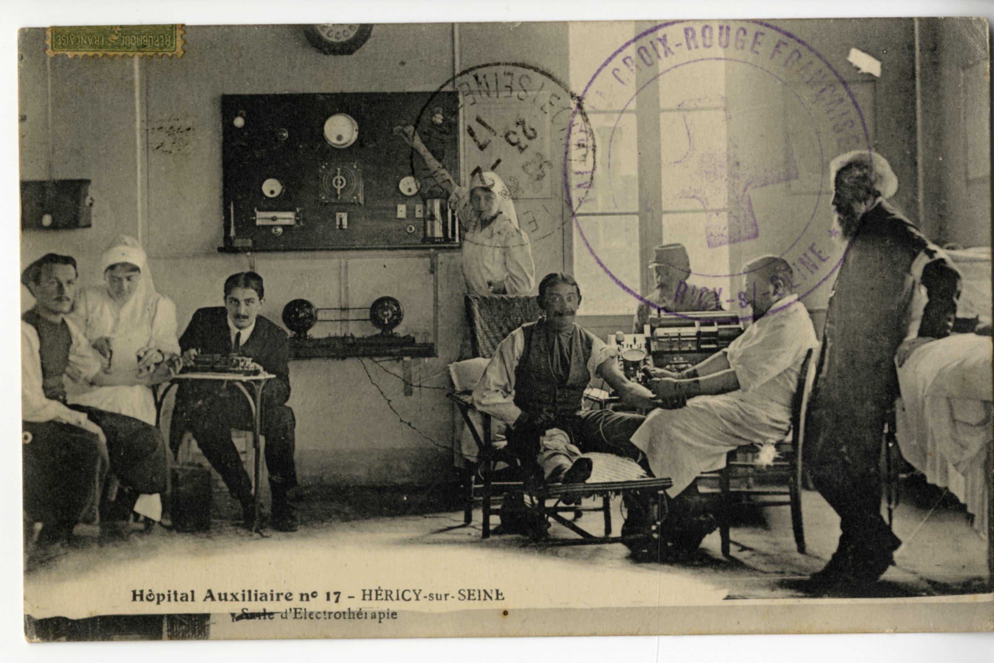 Hôpital auxiliaire d'Héricy : P. Vivier à droite debout.