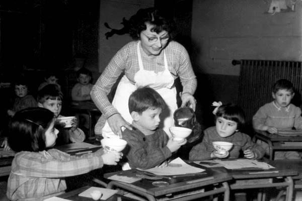 Janine Marty distribue le fameux verre de lait aux enfants (Collection SHCB)