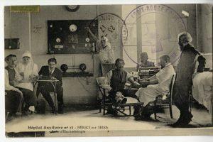 Salles de mécanothérapie et d'électrothérapie. Docteur Vivier debout avec un brassard, photo de droite. (Collection D. Bœuf)