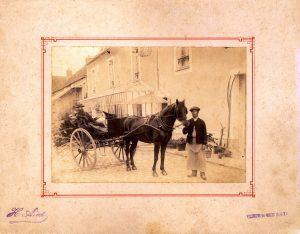 La carriole de P. Vivier avec son épouse et son jardinier. (Collection SHCB).