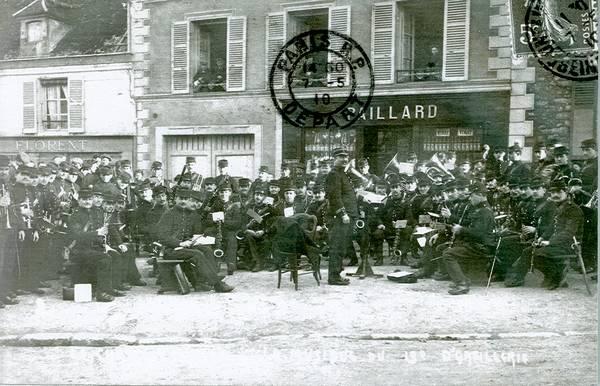 Festival de musique de 1901, Place du puits de l'Échelle. Le 13ème Régiment d'Artillerie. (Collection SHCB)