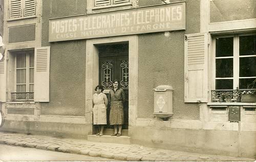 Bureau de poste vers 1932 au 23 rue du 26 août 1944 De gauche à droite: Mme Lina ROBE et Mme Renée PAILLARD.