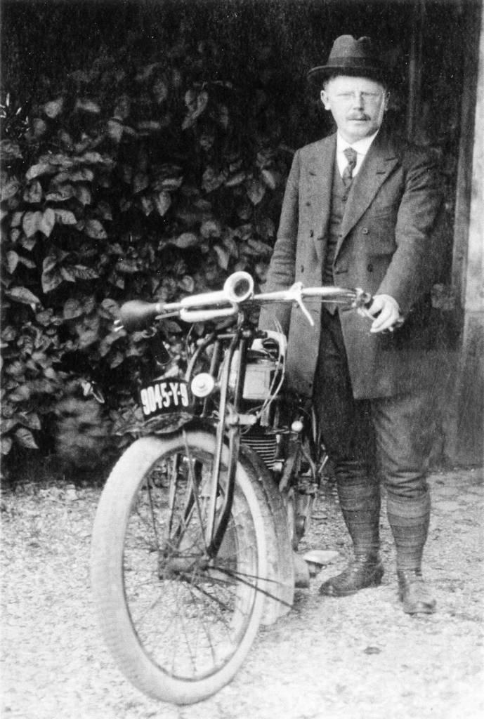 Moto utilisée à ses débuts par M.Bécuwe (collection Anita Bécuwe)