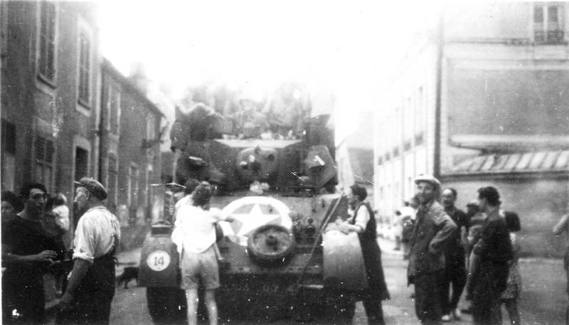 Entrée des chars américains dans les rues du Châtelet-en-Brie, le 26 août 1944 (collection Shcb)