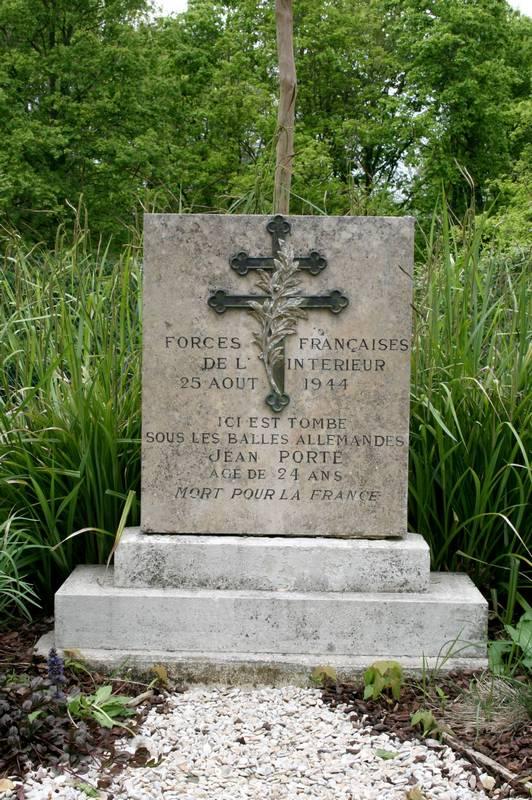 Stèle Jean Porte, fusillé par les Allemands le 25 août 1944  (Photo SHCB 2014)